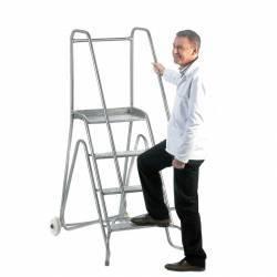 Escalera de acero inoxidable con guardacuerpo